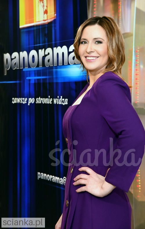 "Marta Kielczyk, a presenter on the main issue of ""Panorama"", a major Polish news program aired by the public television called Polish Television Ścianka<"